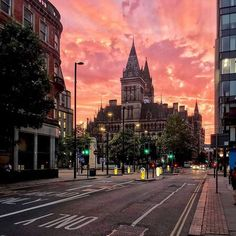 Manchester sunset makes the sky look on fire 🔥📸 - 👉 Tag us in your photos for a chance to be featured! Manchester City Logo, Manchester City Wallpaper, Manchester Street, Manchester England, Manchester United, Claudio Bravo, Sheffield City, Liverpool City, London Summer