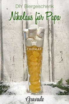 DIY Biergeschenk! Nikolaus im Glas! Statt Stiefel verschenken wir dieses Jahr ein personalisiertes Bierglas mit einem ganz besonderen Inhalt! Ein schönes Geschenk für Papa! Einfach unser Weizenglas mit persönlicher Gravur mit gelbem Weingummi füllen und aus Marshmallows eine Schaumkrone basteln. Mit dieser Geschenkidee für Männer wird Weihnachten ein voller Erfolg!