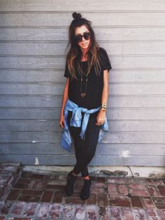 Luv this! black leggings, oversized loose black tshirt, light blue denim collared button up shirt wrapped around the waist, long simple necklace, and black shoes. Fall Outfits, Casual Outfits, Cute Outfits, Grunge Outfits, Summer Outfits, Look Fashion, Fashion Outfits, Fashion Ideas, Mein Style