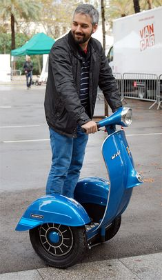 Scooter più Segway, ecco la sexy Vespa da marciapiede - Electric Motor News Scooters Vespa, E Scooter, Motor Scooters, Vespa Et3, Electric Vespa, Electric Cars, Vespa Modelle, Vespa Special, Lambretta