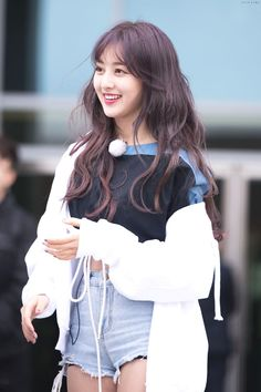 Mina is just a normal girl who gets bullied at school until one day the bullies were bullying her like usual and a girl named Son Chaeyoung saw and helped her. Nayeon, Kpop Girl Groups, Korean Girl Groups, Kpop Girls, K Pop, Leader Twice, Stan Love, Park Ji Soo, Warner Music
