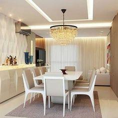 Ambientes integrados. Charmoso e funcional! Projeto @projarq_ Sala de estar e jantar integradas ampliam visualmente a casa. Com a proposta de móveis sob medida, cores claras e objetos como espelho, lustre e cortinas, pudemos harmonizar as salas, transformando em cômodos elegantes e muito aconchegantes. O diferencial da sala está na pedra ônix iluminada e nos pontos de luz indiretos. #decor #decora #decoração #designdeinteriores #decoration #desing #detalhes #details #ape #apartamentopequeno…