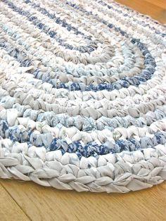 Rag rug rag rug diy, crochet rag rugs, crochet home, crochet crafts Tapetes Diy, Rag Rug Diy, Diy Rugs, Tshirt Garn, Braided Rag Rugs, Rag Rug Tutorial, Tutorial Crochet, Homemade Rugs, Crochet Home
