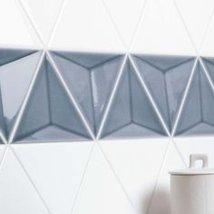 Scandiano Triangles | WHITE Piano Glossy 5,8×5 + STORM Verso Glossy 5,8×5 Scene 2 3d Wall Tiles, Concrete Forms, Sales Representative, Hand Molding, Corrugated Metal, Wall Finishes, White Bodies, White Tiles, Color Tile
