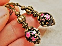 "Boucles d'oreille ""Geisha"" fleurs et magie, avec pierres et differents couleurs Style Asiatique, Lobe, Geisha, Belly Button Rings, Etsy, Jewelry, Vintage Romance, Stones, Boucle D'oreille"