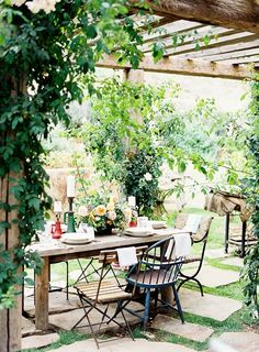 should definitely trybto get my hands on some old barn timbers to create a rustic pergola like this for a super charming outdoor eating area