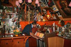 Café 't Mandje aan de Zeedijk was één van de eerste cafés waar homoseksuele mannen en lesbische vrouwen hun geaardheid niet hoefden te verbergen. Vanaf 1999 is een replica van het café opgenomen in de museumcollectie. Foto: G.J. Koppenaal - 10/9/2014