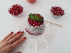 Chia pudding with pomegranate, one of my favorite thing to eat for breakfast, as a snack or even as a dessert Raspberry, Strawberry, Chia Pudding, Pomegranate, Delicious Desserts, Sweet Treats, Deserts, Easy Meals, Snacks