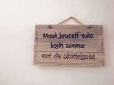 Maak jouself tuis begin sommer met die skottelgoed Cool Words, Wise Words, Ladybug Nursery, Motivational Quotes, Funny Quotes, Qoutes, Rain Quotes, Diy Pallet Wall, Afrikaanse Quotes