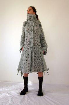 Dulce crochet capa arco en gris con botones de arcilla de polímero.  Esta maravillosa capa está hecha de hilo italiano de calidad (45% lana 40% acrílico 15% alpaca).   Tamaño: las mujeres (S) - listo para envío S: longitud: 100cm, hombro: 40cm, busto: 88 cm, cintura: 70cm, manga: 65cm. Modelo medidas: busto: 88cm, cintura: 68cm, caderas: 90cm; altura: 167cm; peso: 51 kg.  Lávala a mano en agua fría y seque completamente.  También disponible en otros colores - por favor convo me para más…