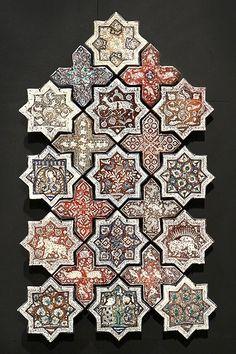les arts de l'islam au louvre, etoiles et croix de revêtement céramique, décor de lustre métallique, iran, 665 h. / 1266-1267