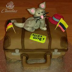#eventcakes #geburtstagstorte #birthdaycake #hochzeitstorte #weddingcake #torte #motivtorten #tortendesign #fondanttorte #tortendekoration #tortenkunst #fondantcakes #charactercakes #cakeart #cakedesigner #sugarart #fondant #sugarpaste #reise #journey #travel #luggage #koffer Suitcase, Travel Luggage, Beverages, Journey, Bags, Food, Fondant Cakes, Birthday Cake Toppers, Wedding Pie Table