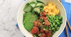 Poké bowl, eller husmanskost från Hawaii kan man säga. Poké är en skål fylld med ris, rå fisk, frukt och grönt. I det här fallet lax, mango, avokado, edamamebönor och massor härliga kryddor!Se & gör: Jennies supersnabba japanska kycklingbowl Bento Recipes, Salad Recipes, Healthy Recipes, Poke Bowl, Edamame, Rice Bowls, Fish And Seafood, Food Inspiration, Food To Make