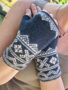 Ravelry: Lusekofte-sque Mitts FREE knitting pattern by Mary Rourke Fingerless Gloves Knitted, Crochet Gloves, Knit Mittens, Knit Crochet, Crochet Cats, Crochet Birds, Crochet Food, Crochet Animals, Hand Crochet