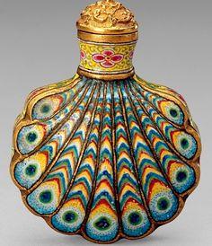 Qing dynasty, Qianlong period 1736-95 Snuff bottle in gold, enamel. @ The Palace Museum, Beijing