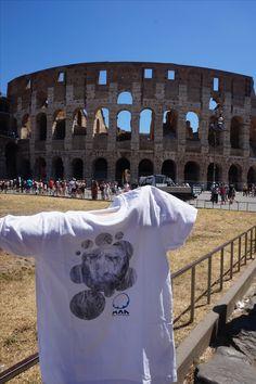 Unha das nosas compañeiras envíanos dende Roma esta imaxe coa camiseta de Man fronte ao Coliseo. Desexámosvos unhas boas vacacións a tod@s os que estades gozando delas!! Una de nuestras compañeras nos envía desde Roma esta imagen con la camiseta de Man frente al Coliseo. ¡¡Os deseamos unas buenas vacaciones a tod@s los que estáis disfrutando de ellas!! Foto: T. Conde