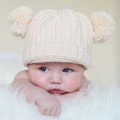 Gorro lana para bebé con pompones. En un bonito color beige, este gorro de punto tiene dos borlas o pompones como si fueran orejitas. Muy divertido y muy calentito para el invierno. Sirve tanto para bebé niño como para bebé niña. Tamaño: de 3 a 18 meses. 16,50 €
