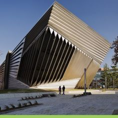 Locado na ponta norte do campus Michigan State University. A icônica Zaha Hadid e Associados pensam no edifício como um despertar de curiosidade.