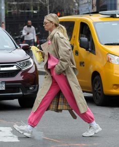 Elsa Hosk Street Style in a Chunky White Grey Lace-Up Sneakers Out And About in New York, Autumn Winter High Fashion Outfits, Lazy Outfits, Casual Summer Outfits, New Outfits, Women's Fashion, Kendall, Kylie, Autumn Street Style, Street Style Women