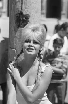 Brigitte Bardot's most beautiful summery hairstyles Bridgitte Bardot, Bardot Brigitte, Saint Tropez, Classic Hollywood, Old Hollywood, French Actress, Classic Beauty, Classic Girl, Sophia Loren
