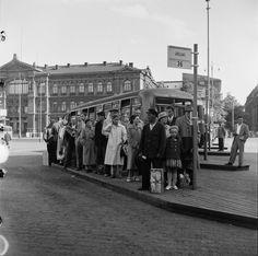 Matkustajia linja-autopysäkillä Rautatientorilla. - Finna -...
