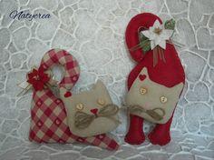 Gatti natalizi stoffa e feltro Rosso-Ecrù. By Natycrea See more on my fb page https://www.facebook.com/pages/Natycrea-by-Natascia-Ciarmatori/426178864174484?ref=hl