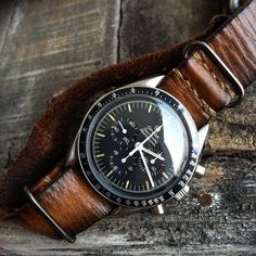 Montre Omega Speedmaster Pro montée sur un bracelet nato en cuir #mode #montre #omega #speedmaster #bracelet #nato #cuir #fashion #mensfashion #fashionformen #leather #strap #watches