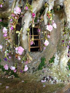 Tutorial: fairy house dollhouse miniature treehouse sculpture by torisaur :) I like the look of the roses Fairy Village, Fairy Tree, Fairy Garden Houses, Gnome Garden, Fairy Furniture, Miniature Furniture, Fairy Crafts, Gnome House, Fairy Doors