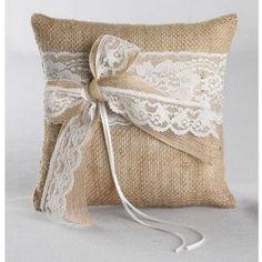 <p>Dit geweldige ringkussen vintage romance met wit kant schittert op je bruiloft met jullie trouwringen er op! Het ringkussen is gemaakt van jute en romantisch kanten lint. Met twee satijnen linten strik je de trouwringen vast op het kussentje.</p> <p>Afmeting: 20cm x 20cm <br />Kleur lint: wit</p>