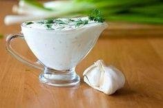 Domáca cesnaková omáčka, ktorá chutí lepšie než majonéza! Urobíte si ju raz-dva
