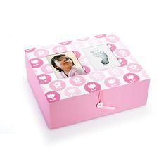 """REGALOS RECIÉN NACIDO Preciosas cajas de recuerdos para los recién llegados. Un bonito lugar donde guardar sus """"primeras cosas"""", En la tapa tiene espacio para poner una foto y la impresión de la huella del recién nacido (mano o pie). Disponible en dos colores: Rosa: http://www.cornergp.com/Articulo?idArticulo=36104 Azul: http://www.cornergp.com/Articulo?idArticulo=36103 Gran tamaño: 26x32x12"""