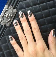 Les nail patch métallisés de Devon Windsor