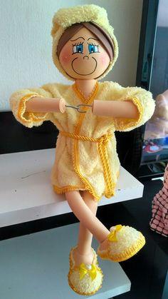 Fofucha porta papel higiênico. Foam Crafts, Diy Arts And Crafts, Crafts To Make, Diy Crafts, Handmade Dolls Patterns, Doll Patterns, Diy Toilet Paper Holder, Anniversaire Star Wars, Stitch Doll