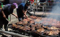 """""""""""EL ASADO"""""""" Pasion de los argentinos. Carne que se pone al calor del fuego o brasas, con el fin de cocinarlos lentamente. Mas que un detalle tecnico, es una ceremonia,(ritual) que no necesita de ocasiones especiales, para hacerlo. Tenes la carne, las achuras, madera de quebracho (sale mas rico) y ya con eso te alcanza para saborear """"""""el asado Argentino"""""""""""