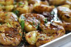 Crispy geplette aardappeltjes uit de oven - gemaakt op 13-2-2016 met geplette knoflook, tijm en gehalveerde aardappelen. Heel lekker en makkelijk.