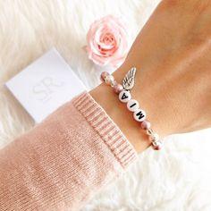 Namensarmband mit Perlen Hochwertiges Namensarmband mit Glaswachsperlen, facettierten Glasperlen und weißen Kunststoffbuchstaben. Bei dem Armband kannst du deinen gewünschten Namen oder ein inspirierendes Wort angeben. Wähle ganz... Armband Infinity, Schmuck Design, Heart Charm, Jewelry Crafts, Beaded Bracelets, Charmed, Diy, Jewellery, Bracelets