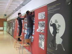 Alumnes de l'Aula Oberta acabant de muntar l'exposició de MAUS