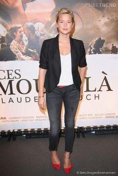 Virginie Efira opte pour le look working girl avec un blazer cintré, un pantalon cigarette et... les escarpins rouges d'Isabel Marant.