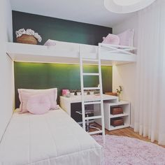 Que comece o final de semana…inspiração quarto meninas! Aproveitando os espaços…cama suspensa criando espaço para uma bancada.  Bom dia!!!! ☀️ (em São Paulo, Brazil)