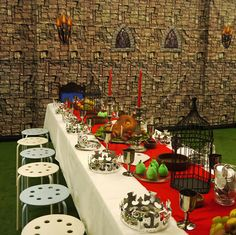 An impressive scene for a medieval party- could do a kid version Medieval Banquet, Medieval Fair, Medieval Games, Medieval Party, Renaissance Fair, Castle Party, Game Of Thrones Party, Dragon Party, Dragon Birthday