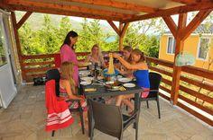 Essen mit der Familie auf der Terrasse. Mobilheim J.