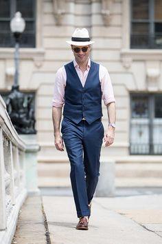 O variațiune la costumul clasic: înlocuiește sacoul cu vesta. Detaliu important - pălăria fedora!