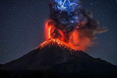 Erupción del volcán de Colima, México, por Hernando Rivera