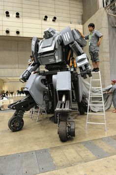 At Wonder Festival 2012 in Tokyo the rideable hydraulic 13 foot, iPhone controlled Suidobashi Heavy Industry battle robot KURATAS was revealed for Robot Technology, Futuristic Technology, Technology Gadgets, Tech Gadgets, Cool Gadgets, Science And Technology, Energy Technology, Battle Robots, Shopping