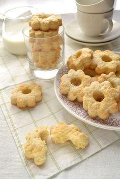 Volete regalare una coccola mattutina alla vostra famiglia? Ecco dei #biscotti alla panna facili da preparare.