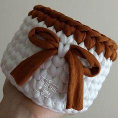 Cestinho fofo pra combinar com o tapete...aqui tem sim senhor... _ #boanoite #noiteboa #cestinho #cestodefiodemalha #cachepô #fiodemalha #trapilho #trama #organização #decorar #organizar #cesto #croche #crocheting #crochetar #crochet #crochê #lovecroche #instaart #homedecor #handmade #lovedecor #atelierartesdaloloka