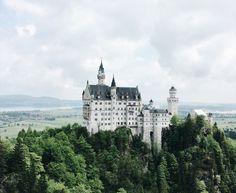 Hier werden Märchenträume wahr: Das Schloss Neuschwanstein überzeugt mit seiner Architektur und dem atemberaubenden Blick auf die Voralpenlandschaft. Das Schloss Neuschwanstein sollte jeder besucht haben, der sich in der Allgäuer Gegend befindet. Erbaut ab 1869 von König Ludwig II., liegt es auf einem Berg inmitten einer Bergkette. Nicht ohne Grund gehört Neuschwanstein zu den meistbesuchten Schlössern und Burgen Europas.Rund 1,4 MillionenMenschen jährlich kommen nach Hohenschwangau um…