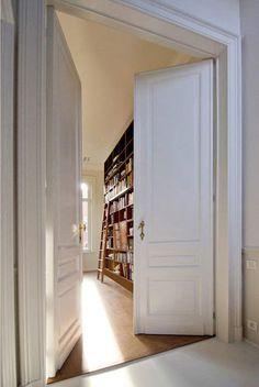 Brussels home library; renovation by Bruno Vanbesien architects Big Doors, Villa, Bedroom Doors, Master Bedroom, Minimalist Living, Black House, Beautiful Homes, Beautiful Library, Dream Library