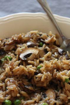 Oui, le risotto est à la mode, mais le riz frit est aussi très bon! Et en plus, pas besoin de remuer pendant 15 min. On laisse cuire doucement et le tour est joué.