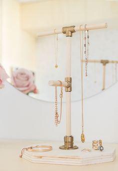 Zitten jouw kettinkjes ook vaak in de knoop? Met een sieradenstandaard los je dit probleem op én het ziet er prachtig uit. Zo kun je iedere dag naar je mooie kettingen en armbanden kijken! Dit sieraden rekje is gemaakt van hout. De stokjes hebben verschillende hoogtes, waardoor er meer ruimte is om ook de armbanden op te hangen. Lange kettingen kunnen aan het bovenste stokje worden opgehangen, zodat er voldoende ruimte is en de ketting niet op het voetstuk hangt.